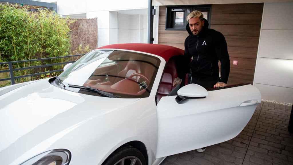 Juan Faro se sube a su Porsche.