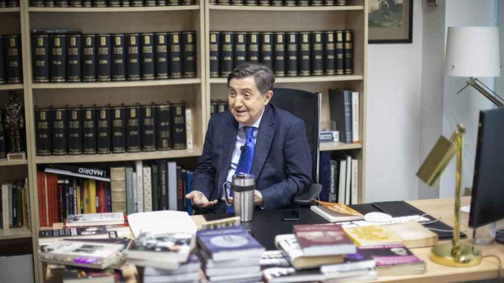 El despacho de Jiménez Losantos todavía está abarrotado por los libros sobre el comunismo.