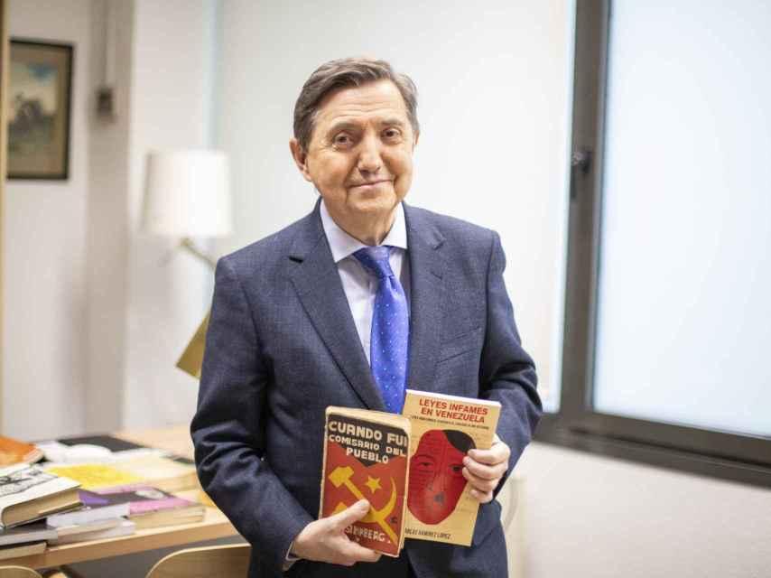 Jiménez Losantos con dos de los ejemplares más interesantes que ha consultado.