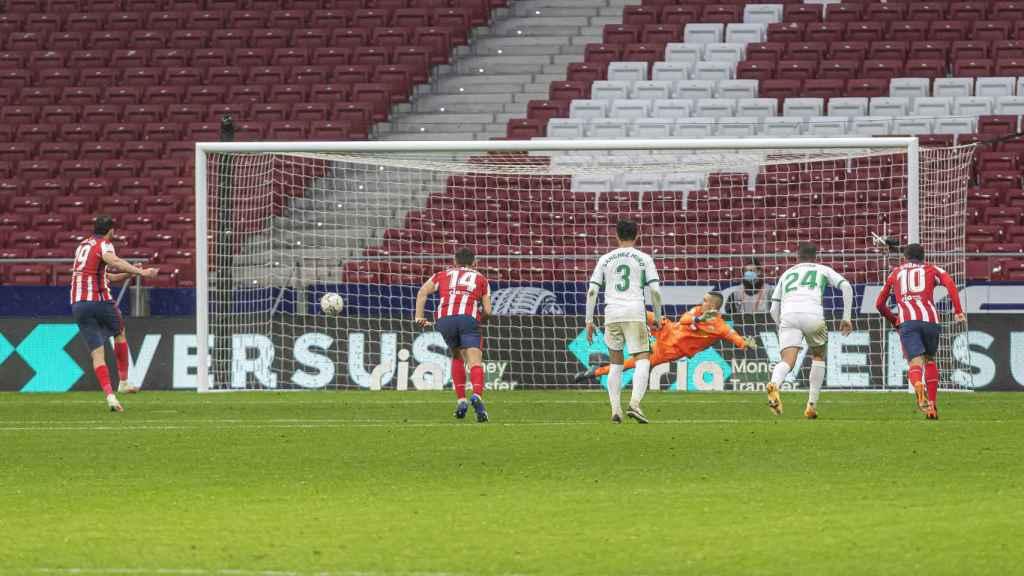 Diego Costa lanzando el penalti ante el Elche