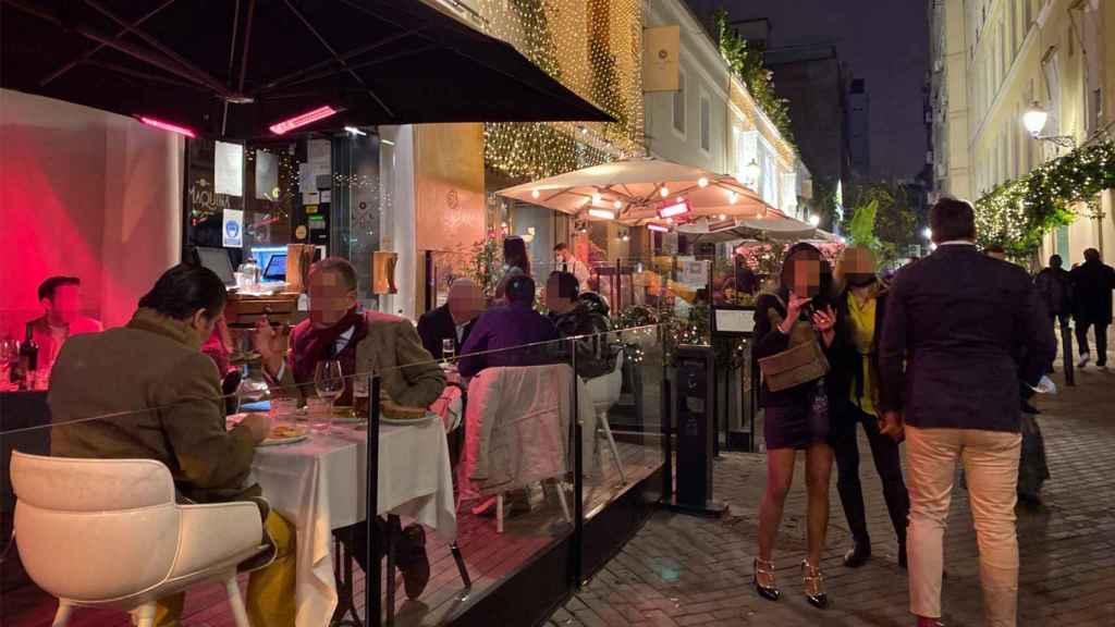 Varias personas cenando en una terraza de un restaurante de Madrid.