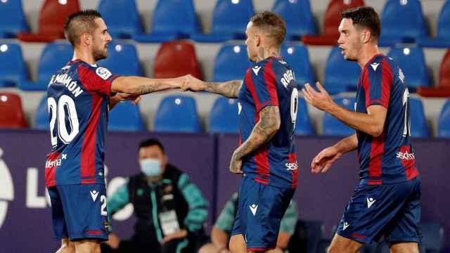 Los jugadores del Levante celebran el gol de Roger