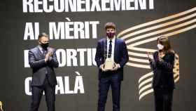 Piqué recibe el premio al mérito deportivo catalán