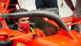 Carlos Sainz se sube al Ferrari F1 por primera vez