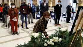 El alcalde de San Sebastián, Eneko Goia, acompañado por familiares de Mikel Zabalza, durante un homenaje.