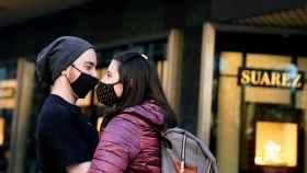 Una pareja con mascarilla en Bilbao.
