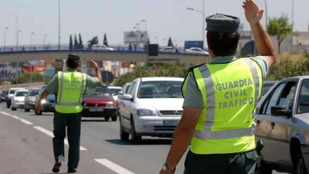 Agentes de la Guardia Civil durante un atasco a la salida de la Comunidad de Madrid. Efe