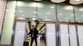 Un pasajero llegando al aeropuerto madrileño de Adolfo Suarez Barajas.