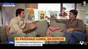 Cayetano Rivera junto a su hermano durante la entrevista en 'Espejo Público'.