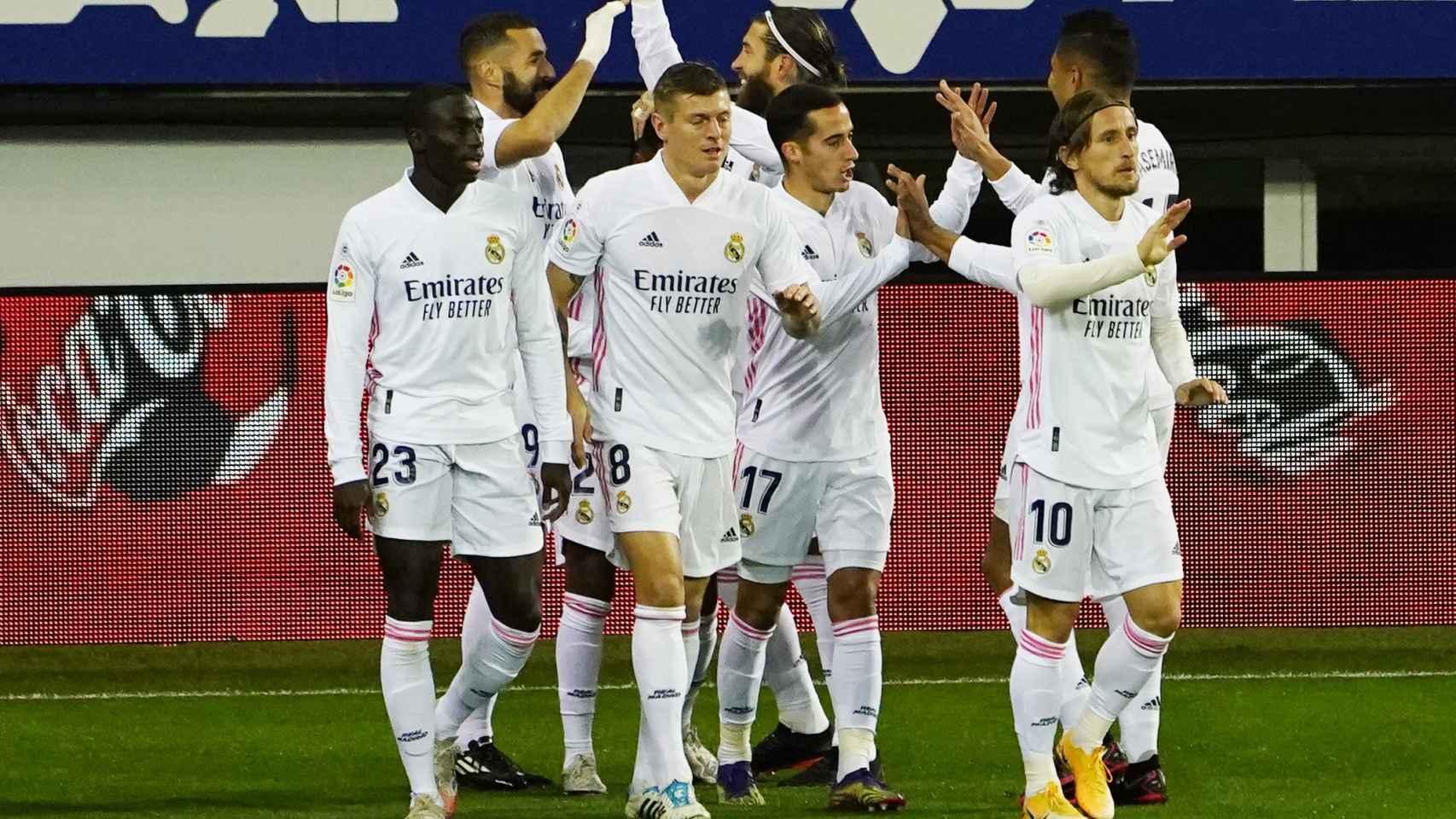 Los jugadores del Real Madrid felicitan a Benzema por su gol al Eibar