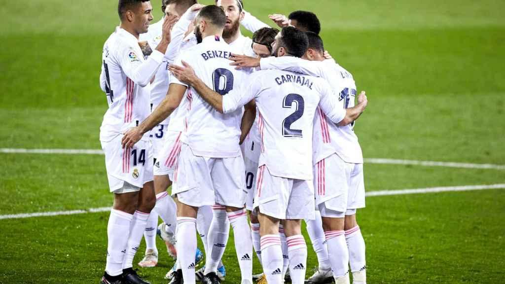 Los jugadores del Real Madrid celebran con Luka Modric su gol al Eibar
