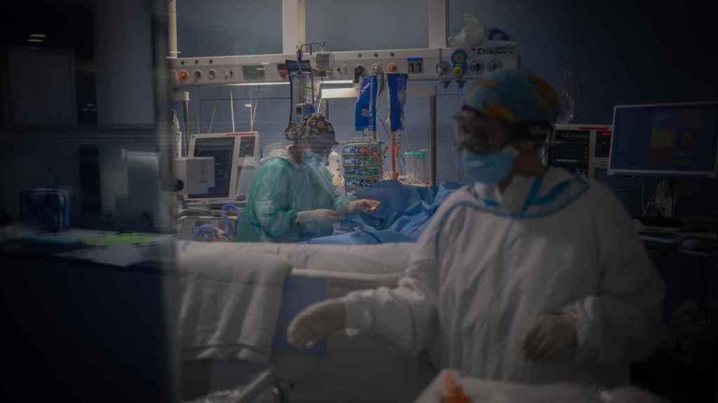 Sanitarios en la Unidad de Cuidados Intensivos del Hospital del Mar, Barcelona.