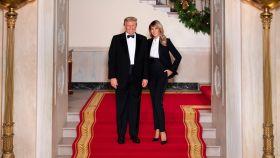 Donald y Melania Trump posan en la Casa Blanca para felicitar la Navidad.