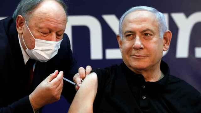 El primer ministro israelí, Benjamin Netanyahu, recibe la vacuna contra la Covid-19.