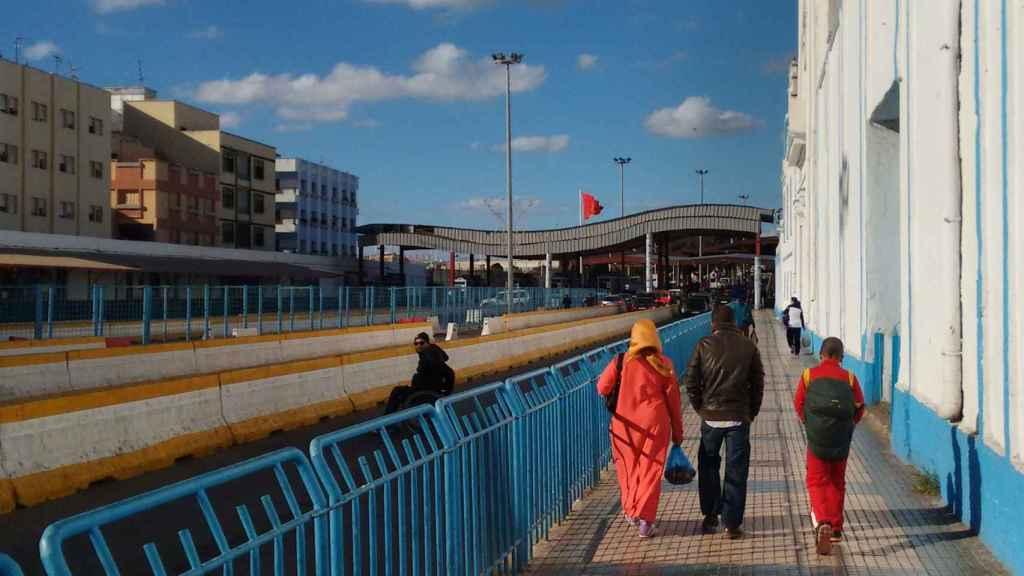 Varias personas acercándose a un puesto fronterizo con España.