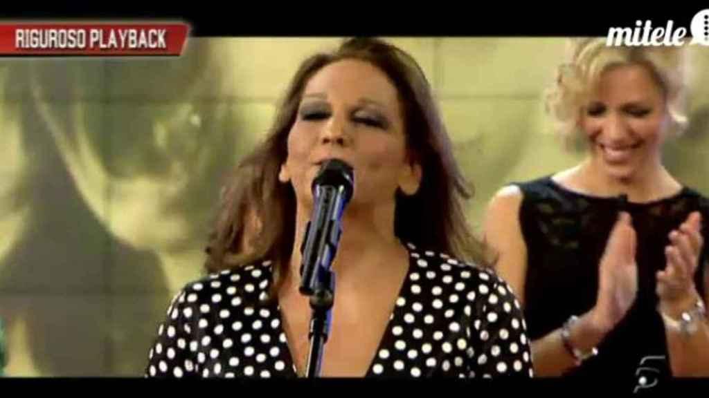 Charo Vega cantando en televisión.