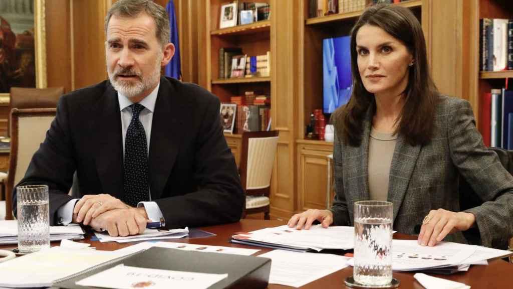 Felipe y Letizia, durante una reunión telemática el pasado mes de abril.