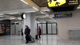 Dos personas en el aeropuerto de Palma de Mallorca (Islas Baleares), a 20 de diciembre de 2020. Foto: Isaac Buj - Europa Press