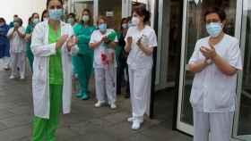 El personal sanitario del Hospital Virgen de la Concha de Zamora se concentra este lunes en memoria del fallecimiento de la auxiliar de enfermería Felisa Gallego.