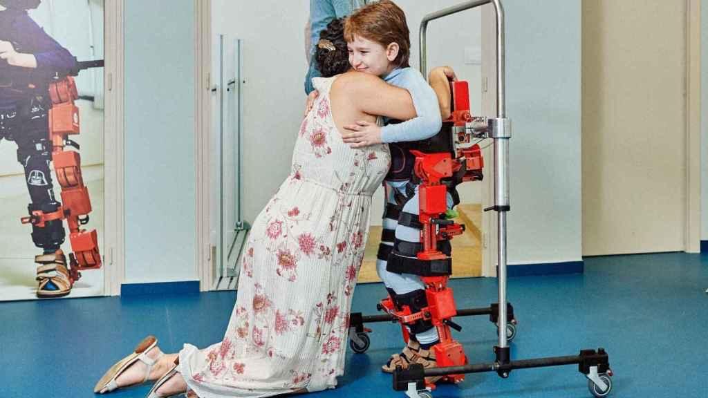 Álvaro es uno de los niños que ha probado este primer exoesqueleto pediátrico que llegará a los hospitales españoles en 2021