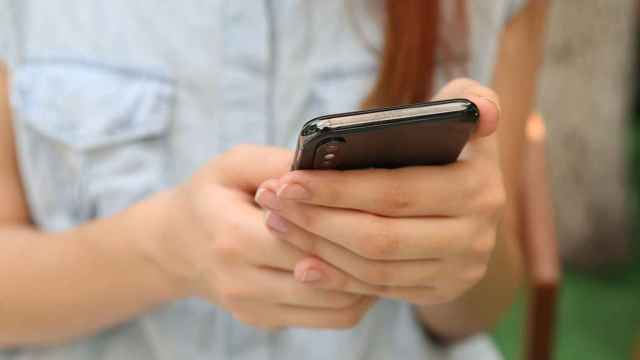 Una usuaria revisando la información en su móvil.