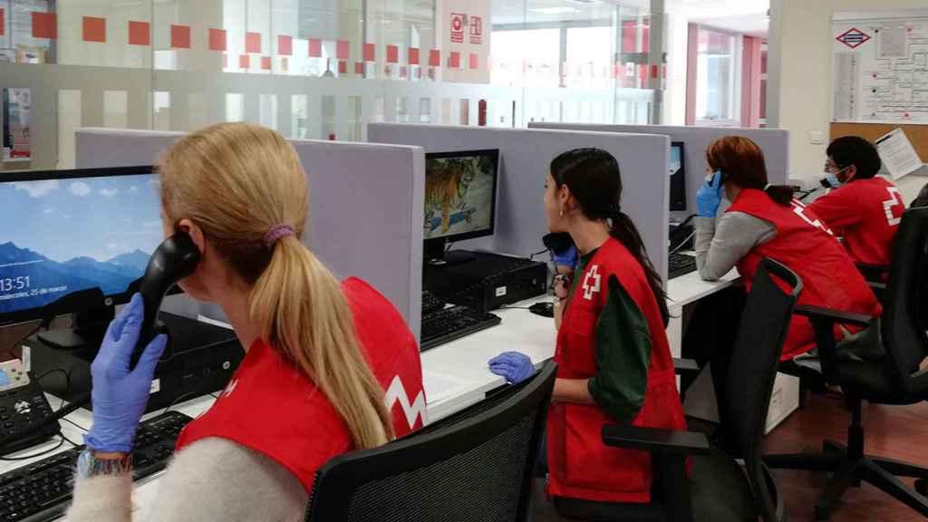 Voluntarios de Cruz Roja atendiendo llamadas.