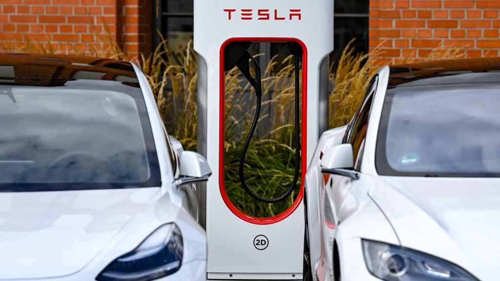 Una 'electrolinera' de Tesla carga dos vehículos de la marca.