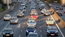 Imagen de una vía con numerosos coches circulando.