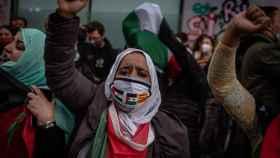 Una mujer en una protesta prosaharaui en Barcelona.