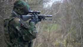 Soldado empuñando un rifle