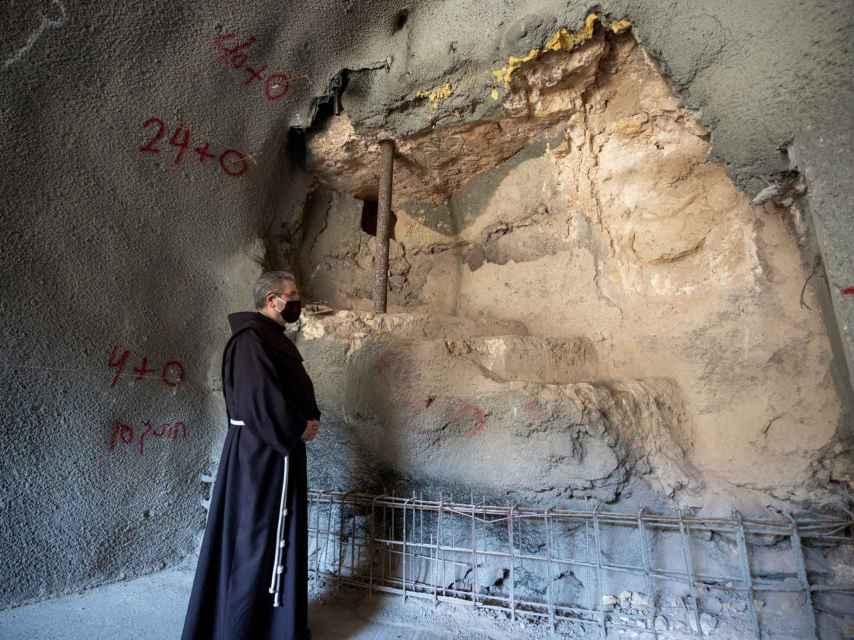 El franciscano Francesco Patton en la zona del baño ritual judío.