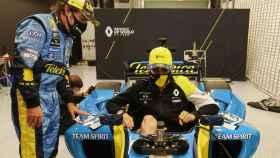 Esteban Ocon se sube al Renault R25 acompañado por Fernando Alonso