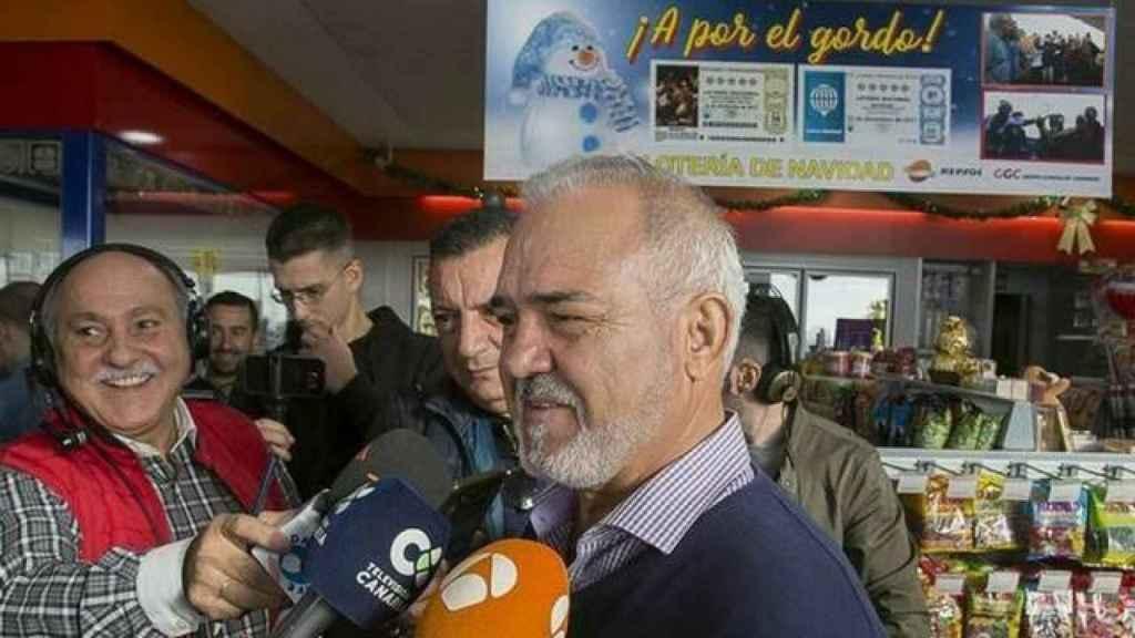 José Miguel González, propietario de la 'gasolinera de la suerte' en Tenerife, el pasado 2017 tras ganar por quinto año consecutivo.