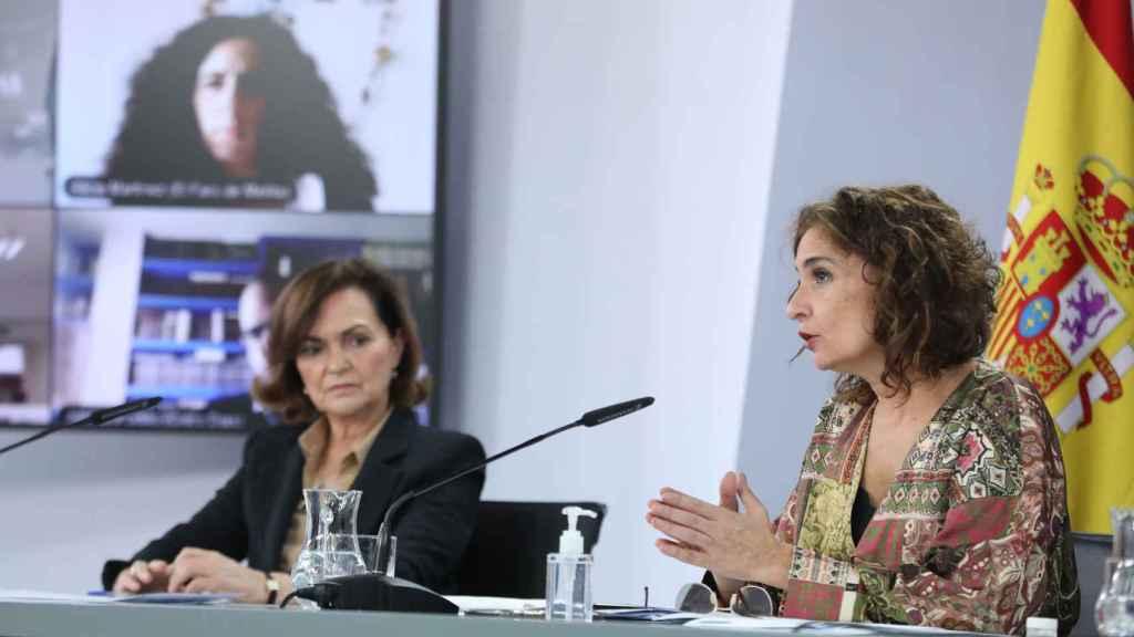 La vicepresidenta, Carmen Calvo, y la ministra de Hacienda, María Jesús Montero, en el Consejo de Ministros.