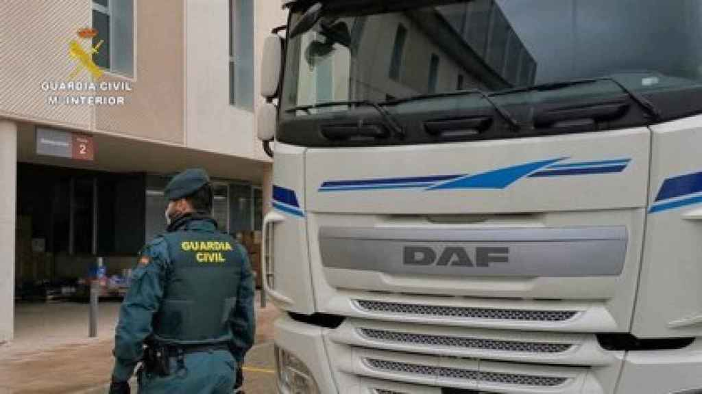 La Guardia Civil escolta un camión repleto de material sanitario durante los meses del confinamiento.
