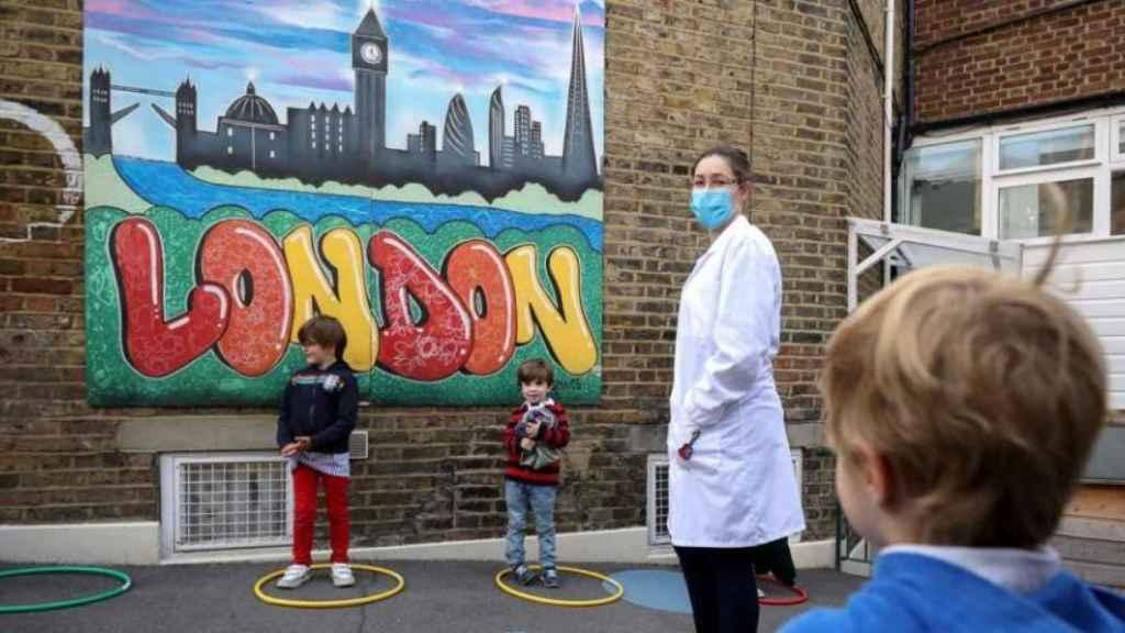 Tres niños en un colegio del Reino Unido.