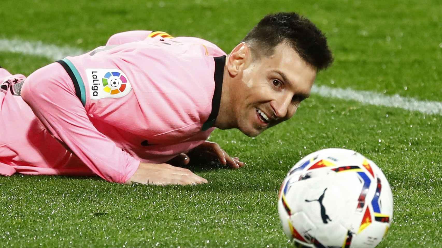 Leo Messi mira el balón tirado en el suelo