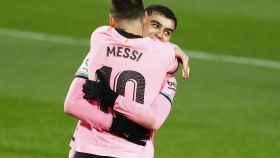 Abrazo entre Messi y Pedri