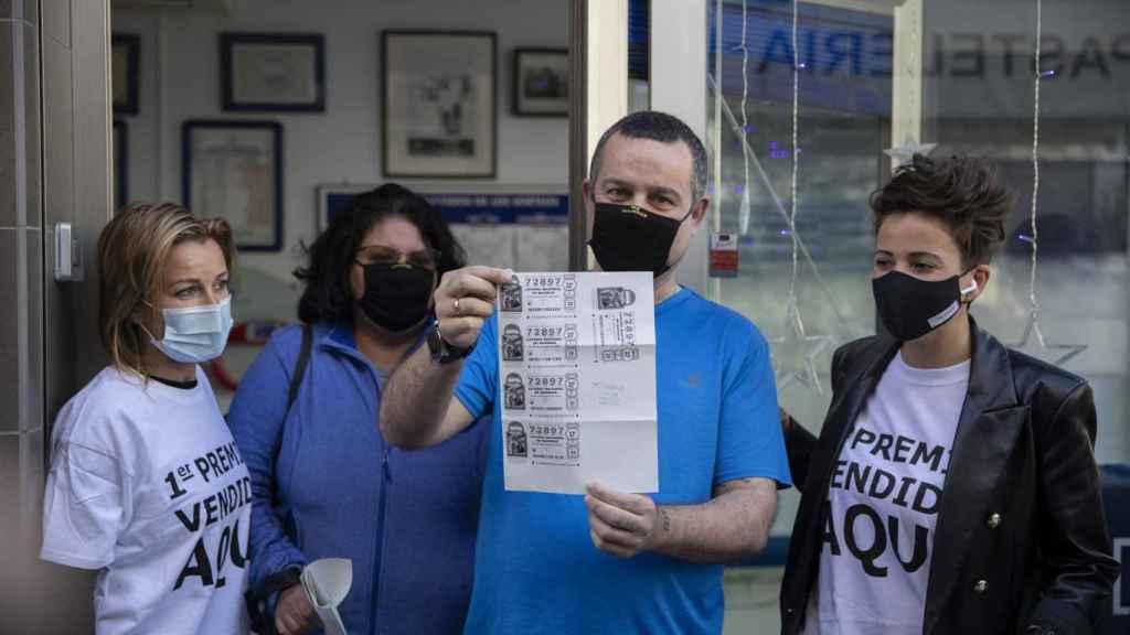 Emiliano, junto a su mujer Irene, en la puerta de la administración de Punta Umbría