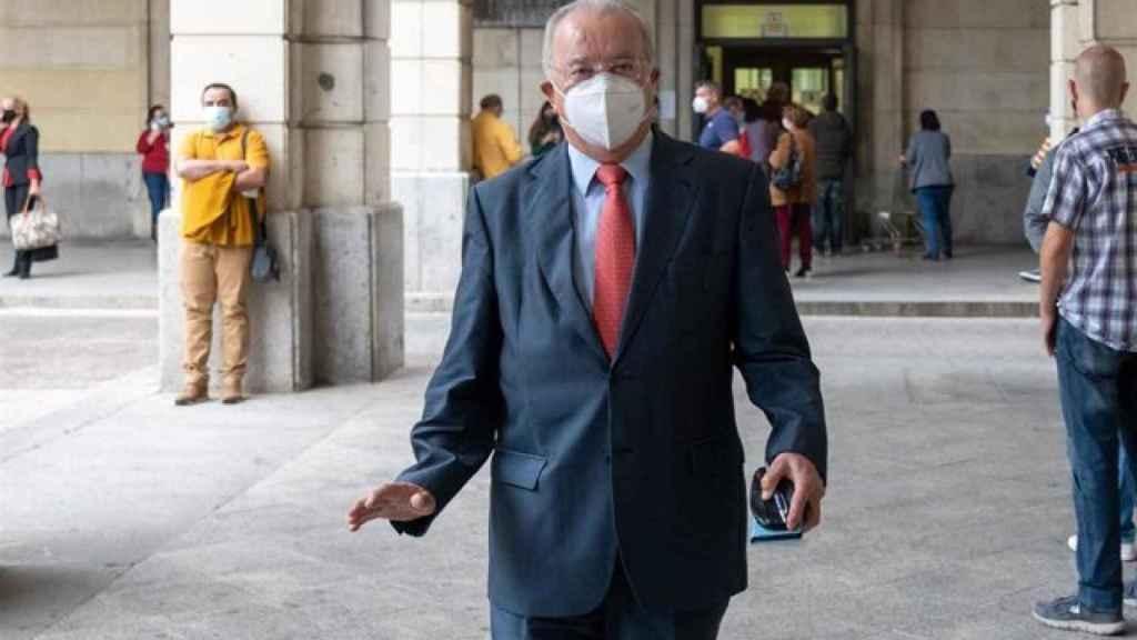 El exconsejero de Empleo del PSOE Antonio Fernández en la puerta de la Audiencia de Sevilla.