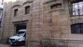 Un camión abandonando la Casa Cornide, situada en la Ciudad Vieja de La Coruña.