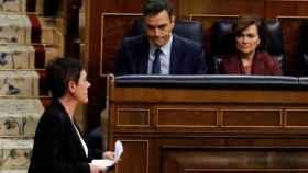 La portavoz de Bildu en el Congreso, Mertxe Aizpurua, pasa ante Pedro Sánchez y Carmen Calvo en una sesión de control.
