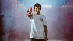 Alonso, con la bebida, en una imagen promocional.