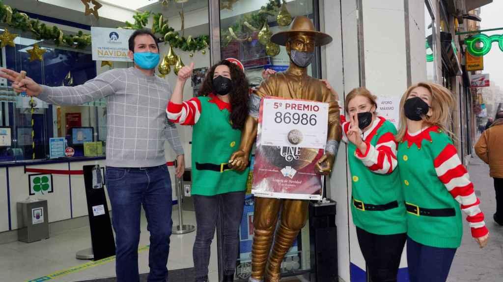 Los trabajadores de la administración número 8 de Albacete celebran uno de los quintos de la Lotería de Navidad.