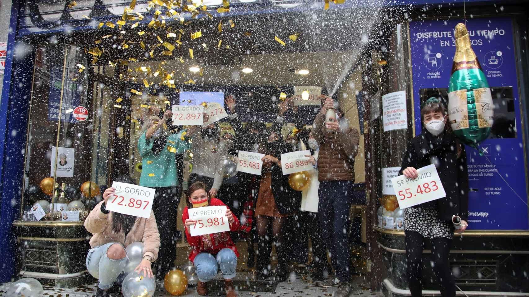 Loteros de 'Doña Manolita' (Madrid) festejan todos los premios repartidos, entre ellos El Gordo.