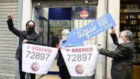 Una administración de lotería celebra el reparto de premios en el último sorteo de la Lotería de Navidad.