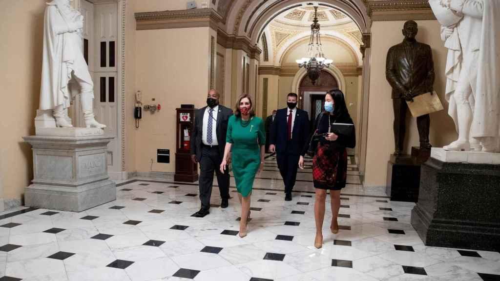 La presidenta de la Cámara de Representantes de los Estados Unidos, Nancy Pelosi, camina hacia su oficina en el Capitolio.