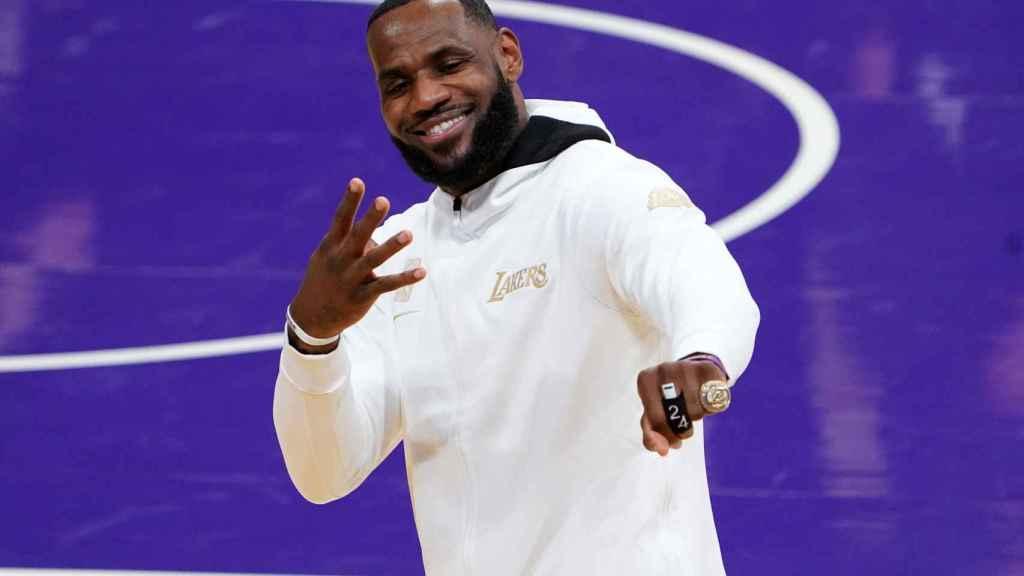 LeBron James, con su último anillo de la NBA