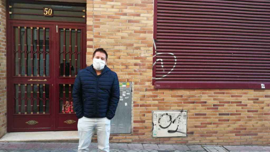 Pedro, en la entrada del edificio.