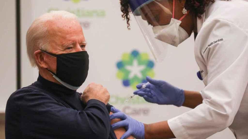 Biden, vacunándose contra la Covid.